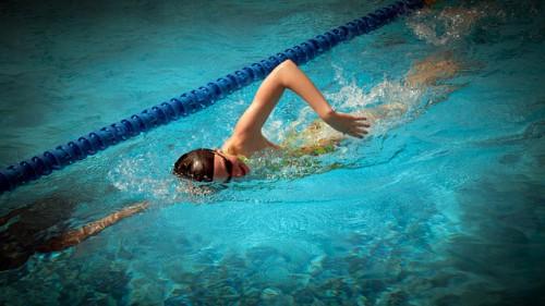 swimming-1300943_640